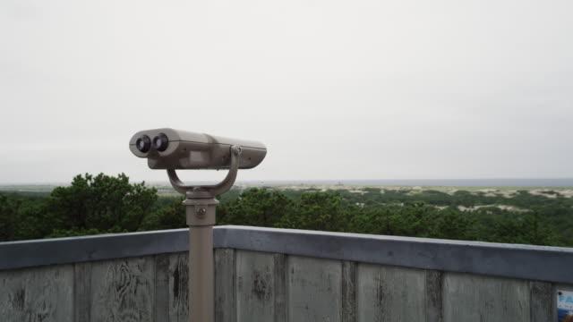vídeos de stock, filmes e b-roll de observation deck at the national seashore with binoculars overlooking beach and dunes - ponto de observação