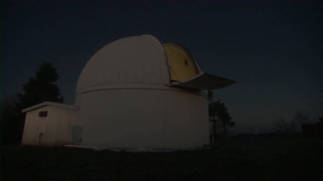ws t/l observatory dome turning at night / mount lemmon observatory, arizona, usa - osservatorio video stock e b–roll
