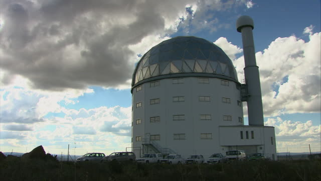 zi observatory with dome shaped roof / karoo, south africa - sternenteleskop stock-videos und b-roll-filmmaterial
