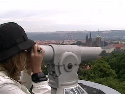 vídeos de stock, filmes e b-roll de observando praga com telescópio - capa de chuva