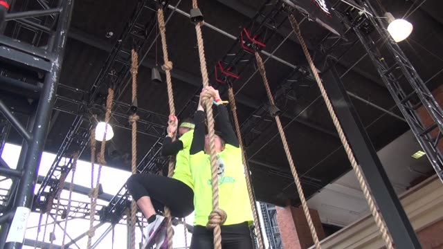 vídeos de stock e filmes b-roll de obstacle and adventure racers face a variety of challenges it takes full body fitness to successfully get through the course rope climb - corda de trepar
