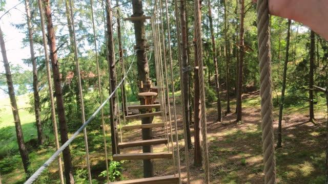 vidéos et rushes de parcours du combattant haut dans les arbres - équilibre