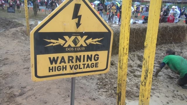 vídeos y material grabado en eventos de stock de obstacle race into mud and work their way through the electric maze that shocks - salmini