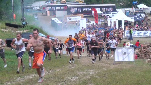 stockvideo's en b-roll-footage met obstacle race, spartan, entrants pushed to limits, start going up hill. - apostel