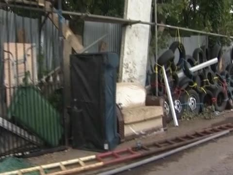 obstacles and obstructions are gathered by protesters in dale farm a travellers' site in essex - デールファーム点の映像素材/bロール