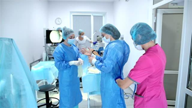 obstetrician-gynecologist is preparing for surgery. - fertilizzazione in vitro video stock e b–roll