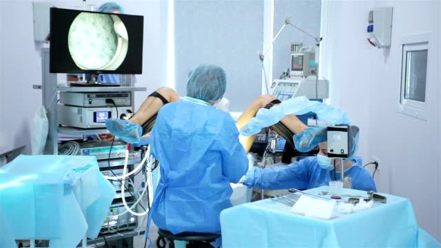 obstetrician-gynecologist, reproductologist does the operation hysteroscopy. - fertilizzazione in vitro video stock e b–roll