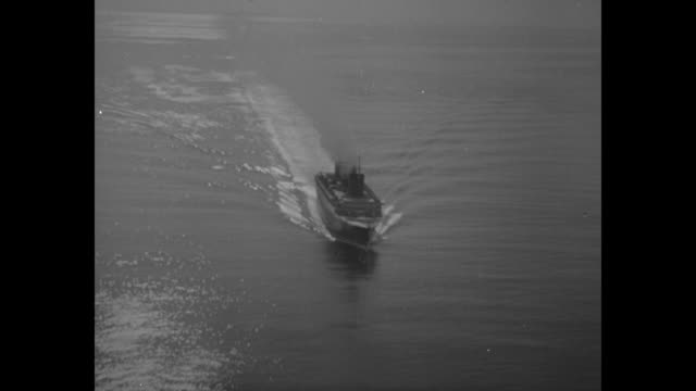 vidéos et rushes de ws ocean liner approaches sailing on water with sun reflecting / ms ss normandie moves in water / ws rms queen mary in new york harbor in 1936 with... - 1930