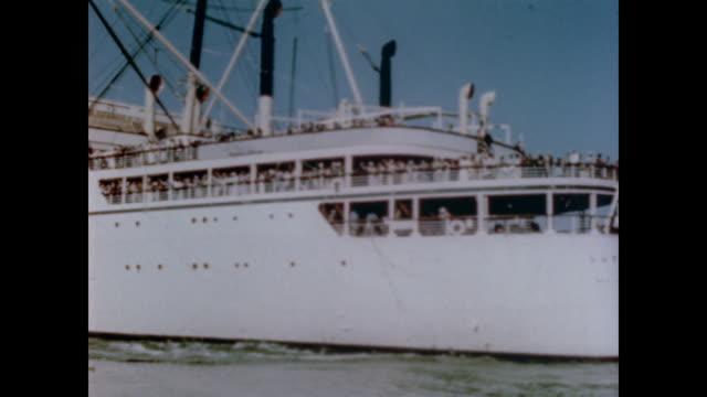 vidéos et rushes de 1947 ocean liner crammed with passengers leaves los angeles harbor for the open sea - ferry