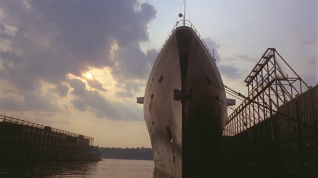 1969 montage ocean liner in harbor/ manhattan, new york, usa - 客船点の映像素材/bロール