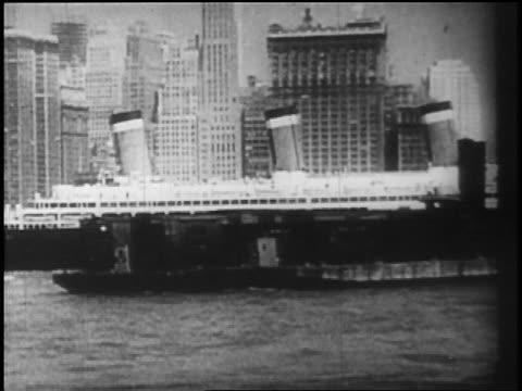 stockvideo's en b-roll-footage met b/w 1928 ocean liner passing manhattan / newsreel - 1928