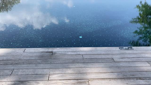 vidéos et rushes de plage de phuket de piscine d'océan - station de vacances