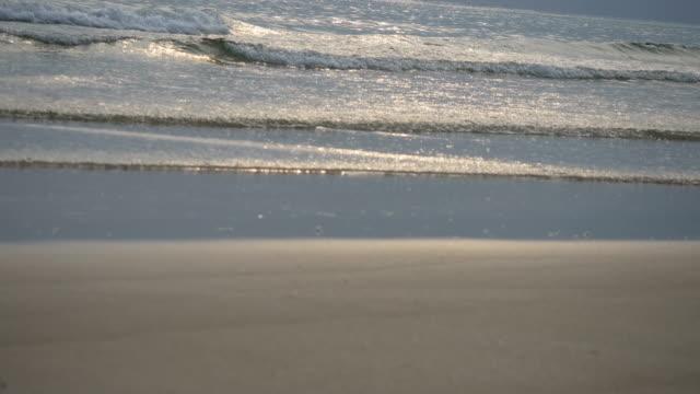 vídeos de stock, filmes e b-roll de seascape oceano cênica com grande onda batendo na costa arenosa. - vazante