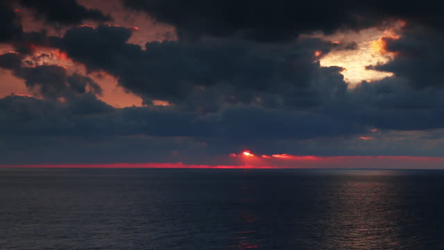 stockvideo's en b-roll-footage met ocean sunset beauty shot - horizon over water