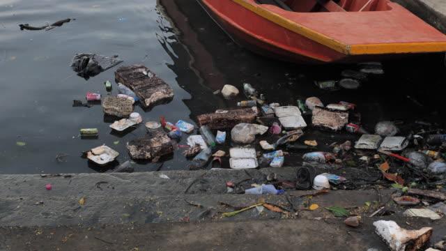 vídeos de stock, filmes e b-roll de água do oceano com resíduos, lixo de plásticos. - poluição do plástico
