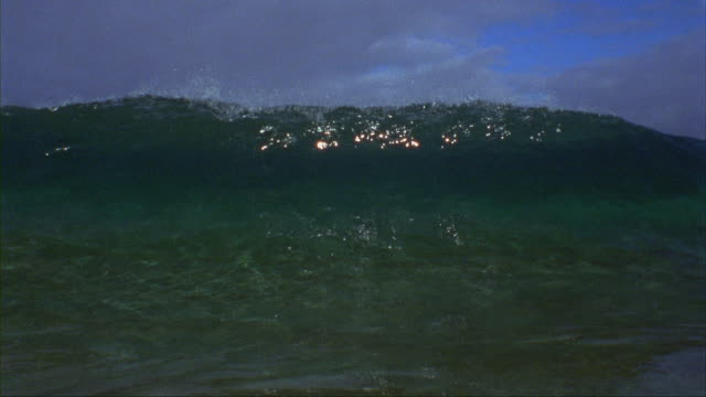 vídeos de stock, filmes e b-roll de slo mo, cu, ocean wave, oahu's north shore, hawaii, usa - tubo de ondas