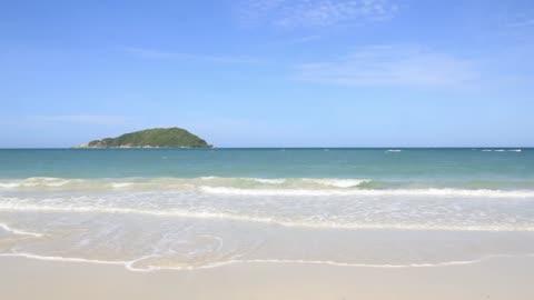 vídeos y material grabado en eventos de stock de ola de mar en la playa de arena - litoral