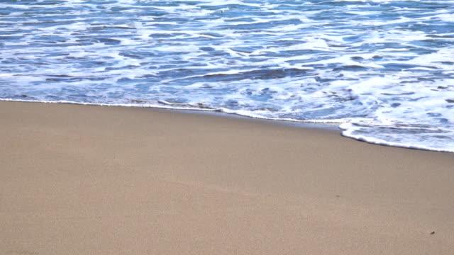 Ocean wave op zandstrand