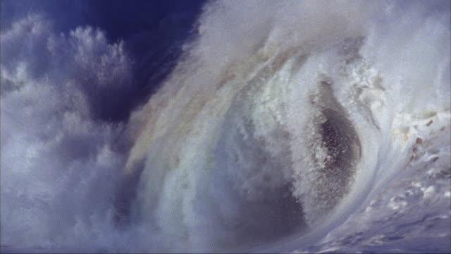 slo mo, cu, ocean wave, waimea bay, hawaii, usa - spraying stock videos & royalty-free footage