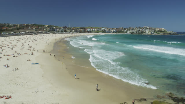 vídeos de stock, filmes e b-roll de ocean waves at bondi beach, sydney, new south wales, australia - praia de bondi