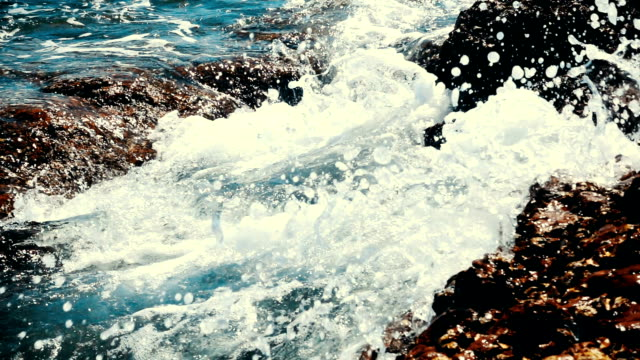 onde oceaniche che infrangono le rocce - rocking video stock e b–roll