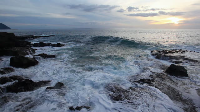 vídeos de stock, filmes e b-roll de ms ocean waves crash over rocky shore / hawaii, united states - rocha