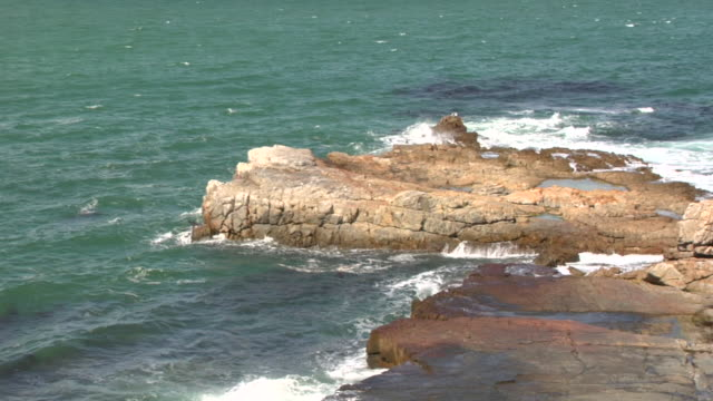 ZO, WS, HA, Ocean waves crashing against rocky shoreline, Hermanus, South Africa