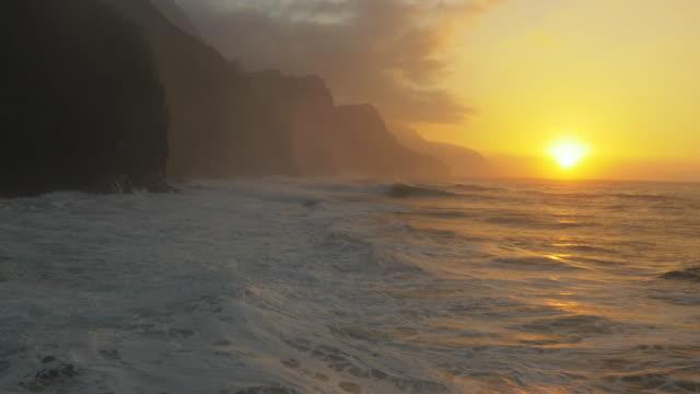 ocean waves crashing on shore na pali kauai, hawaii - hawaiian culture stock videos & royalty-free footage