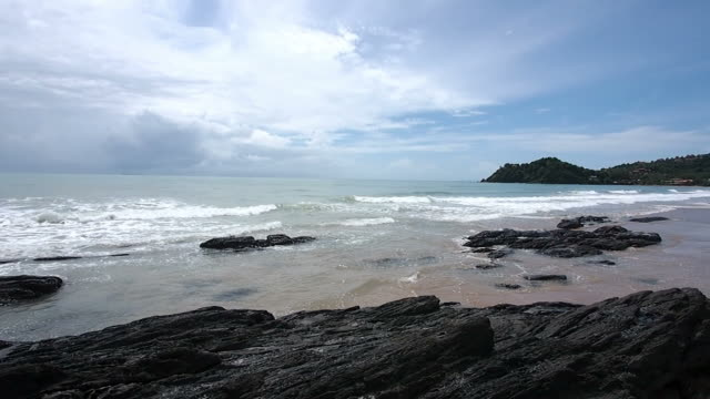 Ocean waves crashing on the rocks at lanta island