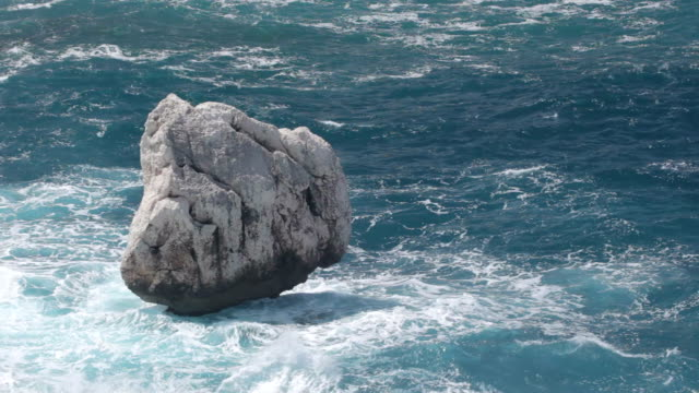 ocean waves crashing onto rock - haltbarkeit stock-videos und b-roll-filmmaterial