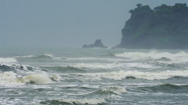 海の波を打つとビーチではね - 泡立つ波点の映像素材/bロール