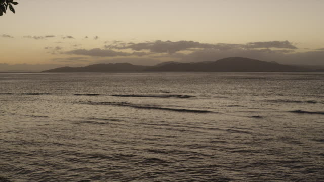 stockvideo's en b-roll-footage met ocean waves in calm sea at sunset - pacifische eilanden