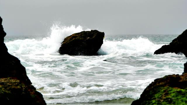 vídeos de stock, filmes e b-roll de ondas do oceano em super câmera lenta - fotografia de alta velocidade