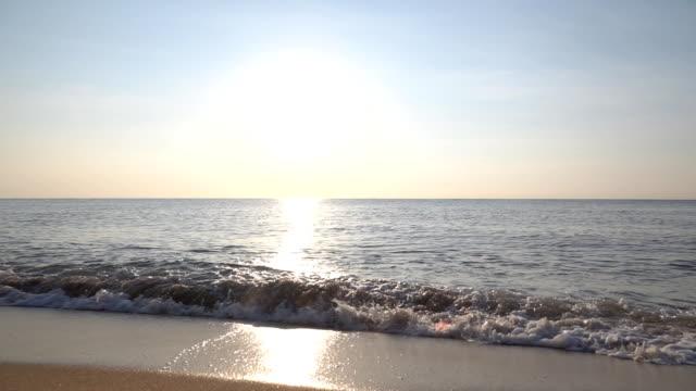 vídeos de stock, filmes e b-roll de ondas do oceano do mo de slo - orla