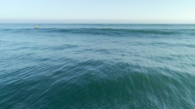 海の波 - 泡立つ波点の映像素材/bロール