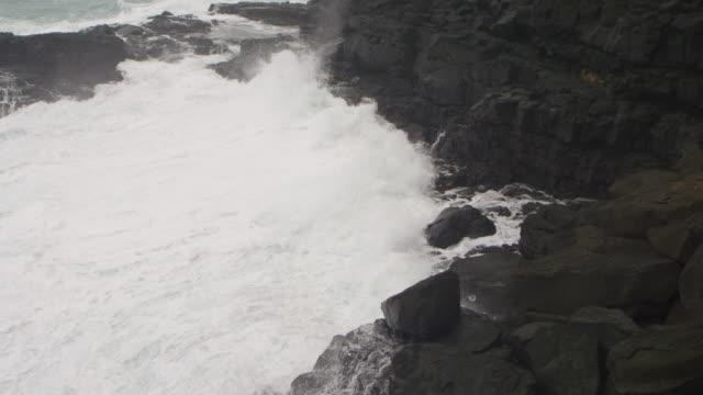Oceaan golven wassen over rotsenstranden