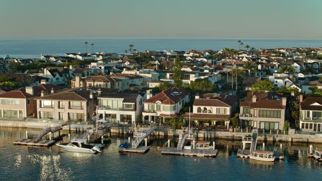 vidéos et rushes de logement en bord de mer à l'extérieur de newport beach, californie - aérien - mar