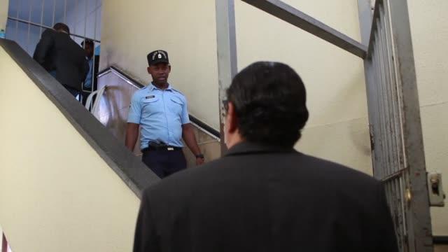 ocho personas permanecen detenidas en la carcel del palacio de justicia de ciudad nueva el martes un día despues de su arresto en medio de una... - día stock videos & royalty-free footage