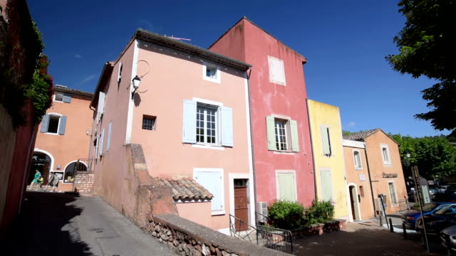 ochre tinted houses in roussillon - luberon video stock e b–roll
