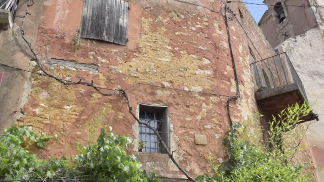 ochre tinted old house in roussillon - luberon stock-videos und b-roll-filmmaterial