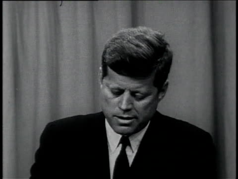 vidéos et rushes de october 11 1961 montage president john f kennedy speaks in a news conference about vietnam / united states - pupitre