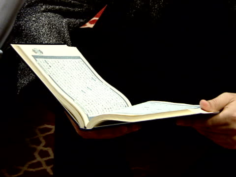 october 12, 2001 montage muslims reading the koran / falls church, virginia, united states - フォールズチャーチ点の映像素材/bロール