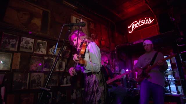 vídeos de stock e filmes b-roll de october 14 2009 pan band performs in club / memphis tennessee united states - memphis