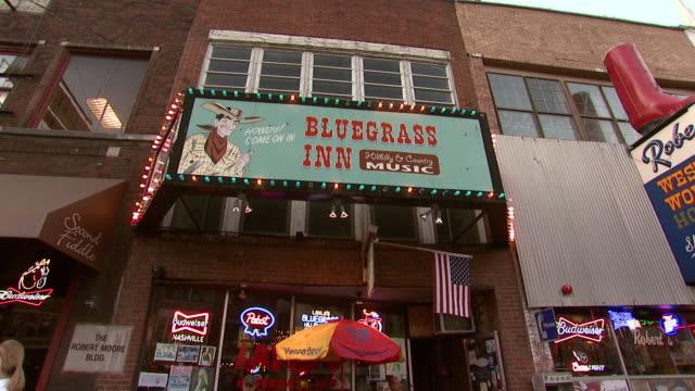 october 14 2009 zo bluegrass inn sign outside a retail strip center / memphis tennessee united states - butiksskylt bildbanksvideor och videomaterial från bakom kulisserna