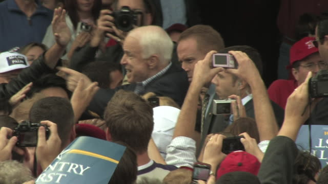 stockvideo's en b-roll-footage met october 18 2008 ms zo john mccain mingles with crowd following campaign/ woodbridge virginia - republikeinse partij vs