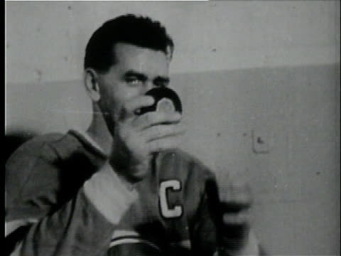 vidéos et rushes de october 1957 cu maurice rocket richard of the montreal canadiens holding an armful of pucks after scoring his 500th goal in a game against chicago/... - groupe moyen d'objets