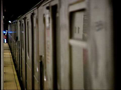 october 21, 2004 new york city subway train pulling up to a station and passengers boarding / new york, united states - bahnreisender stock-videos und b-roll-filmmaterial