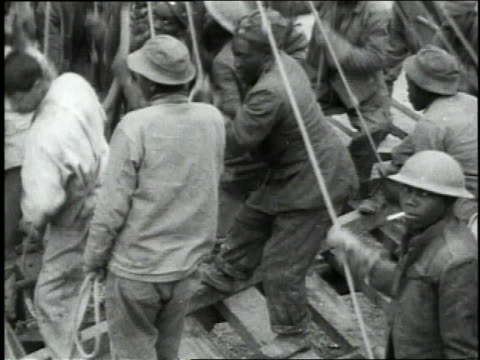 vídeos de stock, filmes e b-roll de october 25 1918 ms black soldiers pulling rope on pile driver / france - pile driver