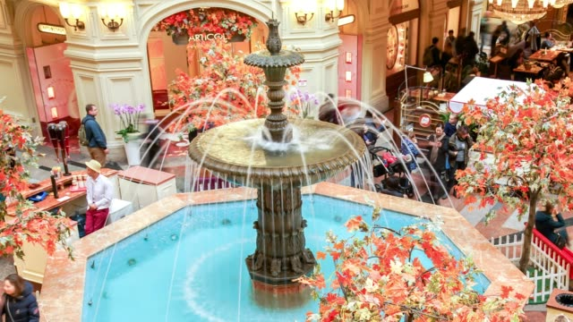 26. oktober 2018, moskau russland timelapse passanten am brunnen im gum, гум das größte kaufhaus - springbrunnen stock-videos und b-roll-filmmaterial