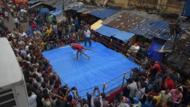 october 26 kolkata, west bengal, india: indian amateur wrestlers participate in a friendly wrestling competition on a make-shift ring at the junction... - アマチュア選手点の映像素材/bロール
